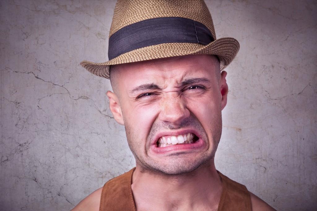 悔しい表情の男性