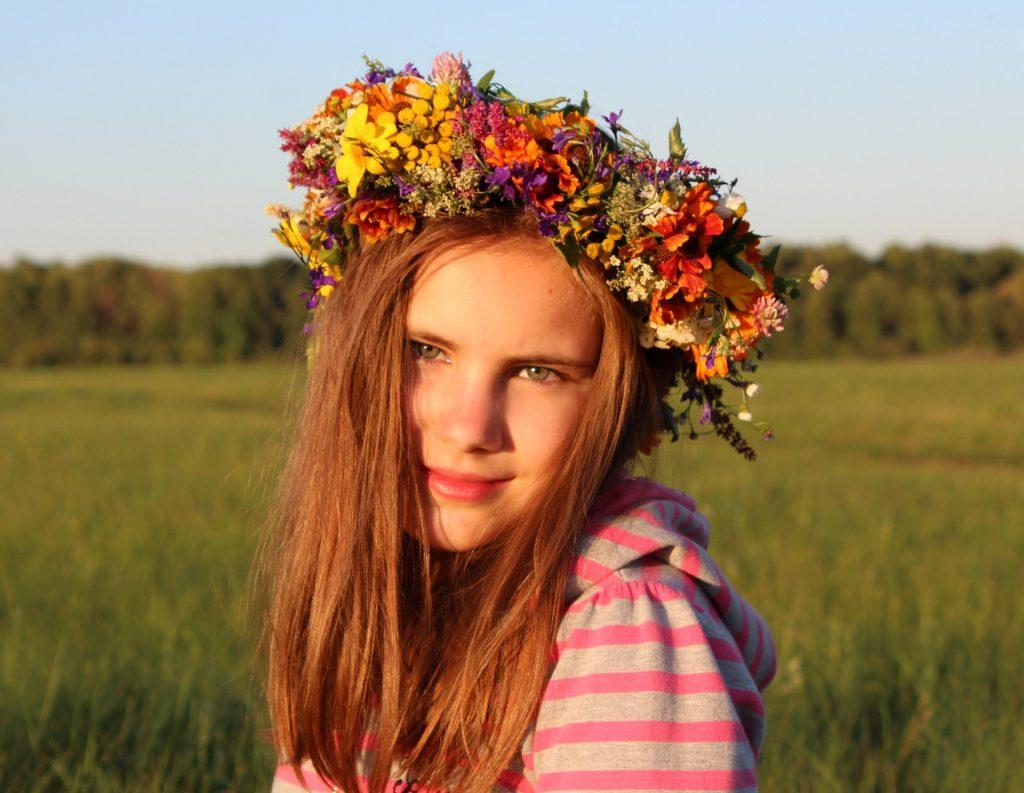 お花をのせた少女