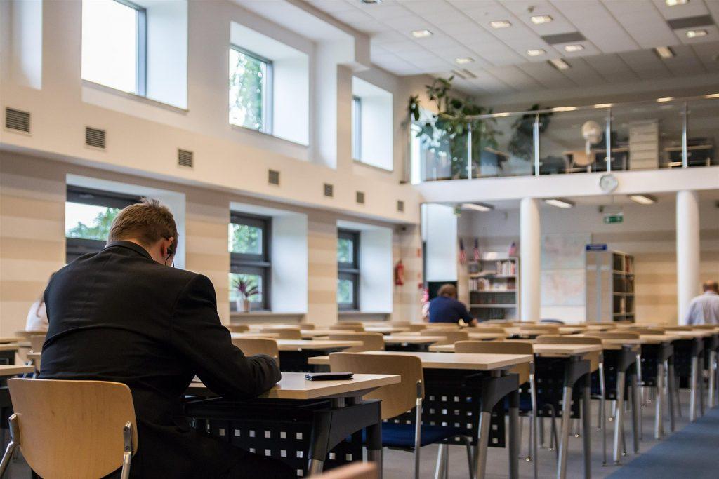 図書館にある勉強机