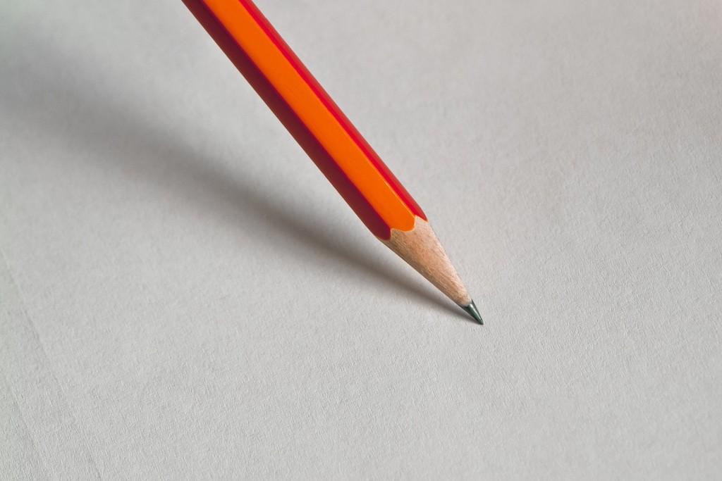 鉛筆を持って、勉強するところ