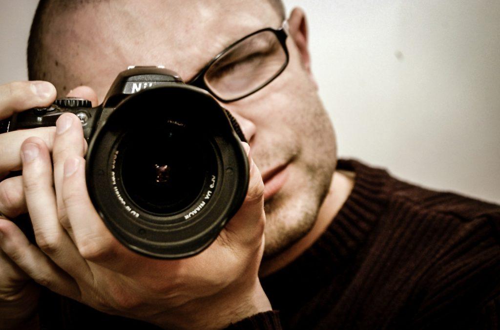写真を撮っている男性